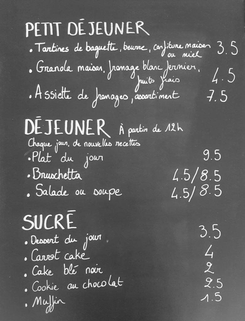 Code Ø vous accueille dès le petit déjeuner. Au menu, tartines de pain frais, confiture, granola et pâtisseries maison, jus du moment et boissons chaudes. Au déjeuner, une offre de cuisine locale, saine et de saison, dont au moins une option végétarienne, est proposée. Vous aurez le choix, sur place ou à emporter, entre une soupe ou une salade, une bruschetta ou encore un plat du jour présenté dans son bocal (pratique : consigné si emporté !). À toute heure de la journée, vous pouvez par ailleurs venir goûter les cafés, boissons et en-cas faits maison.